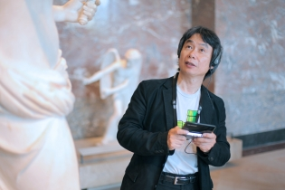 Nintendo's Shigeru Miyamoto trying the 3DS Louvre guide