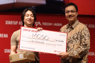 Moso founder Shinji Murakoshi accepts his $10,000 prize