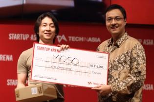 Moso founder Shinji Murakoshi accepts his $10,000 prize