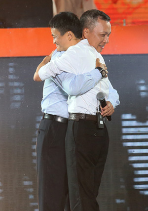 Jonathan Lu and Jack Ma saying their thanks with a hug