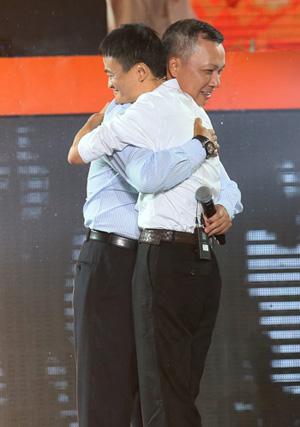 Jonathan Lu and Jack Ma saying their thanks with a hug