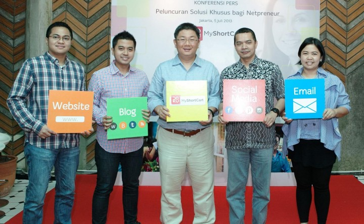 Standing in the middle holding the yellow board is the CEO of Doku, Thong Sennelius