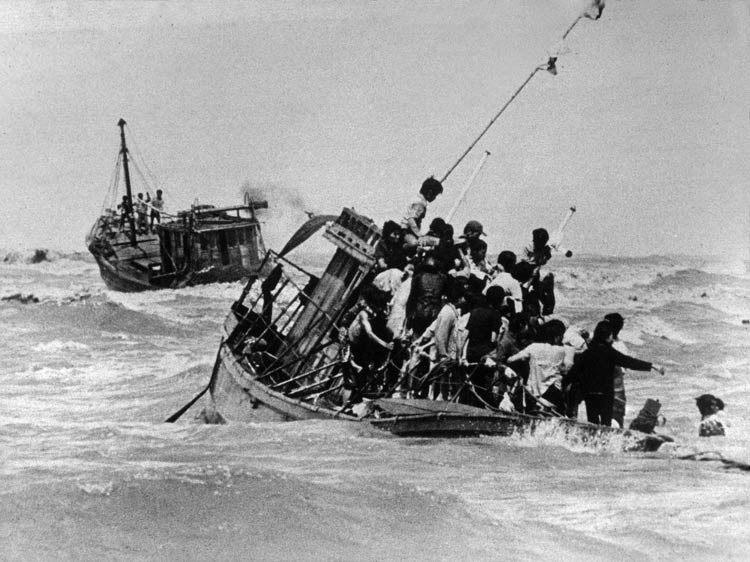 Tập Truyện Ngắn Tình Cảm: Bóng hình xưa - A. J. McKenna (Anh) Mishap-and-rescue-in-the-South-China-Sea1_7462004_tcm11-18073-750x562