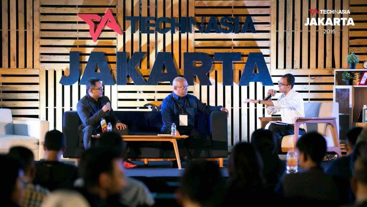David Corbin (right), Tech in Asias director of content strategy, interviews Dattabot CEO Regi Wahyu (left) and Wayah Suroto (middle), General Electrics digital leader for Indonesia, on the main stage at Tech in Asia Jakarta 2016.