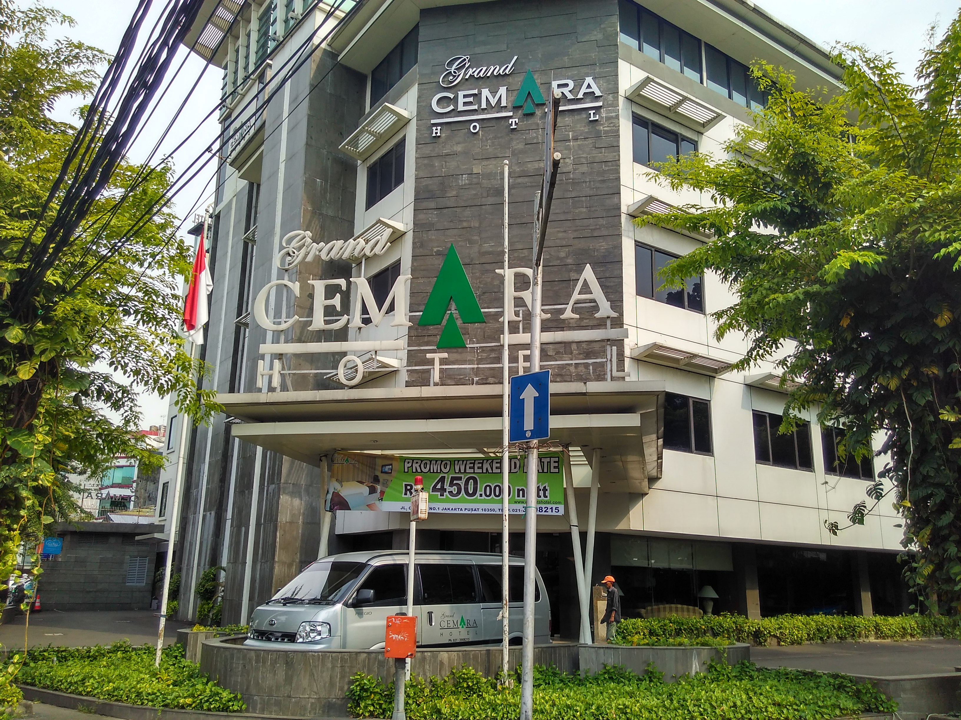 This was the only hotel out of five that reported being satisfied with Nida. It was the largest one, with over 100 rooms. It also partners with Airy. (Small blue sign at the back. It did not have a Nida sign outside.)