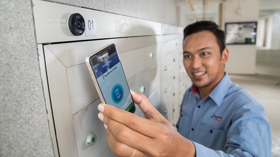 A SingPost courier using the SmartPost app to deliver mail