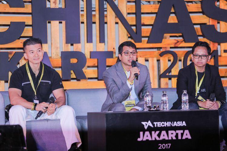 Sansan's Rio Inaba (L), McKinsey & Co's Sachin Chitturu dan Kata.ai Irzan Raditya berbicara di panggung Tech in Asia Jakarta 2017 | Foto: Tech in Asia