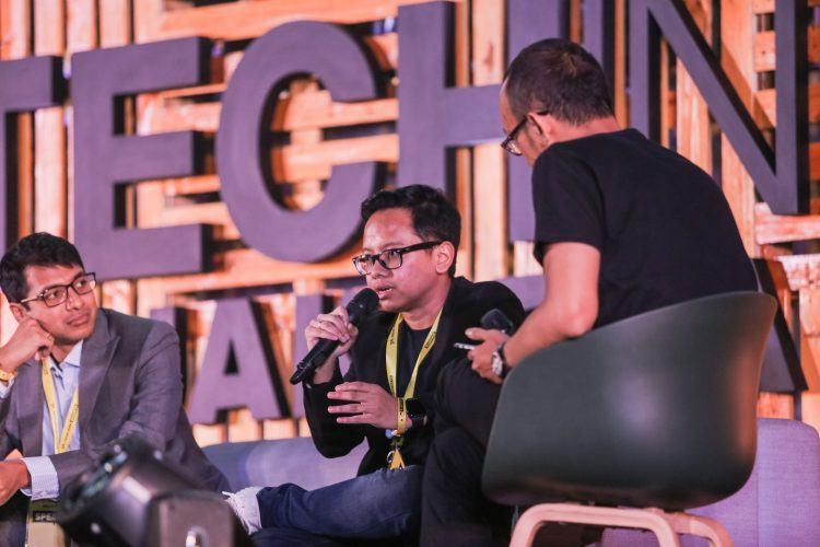Co-founder dan CEO Kata.ai Irzan Raditya berbicara di panggung Tech in Asia Jakarta 2017 | Foto: Tech in Asia.